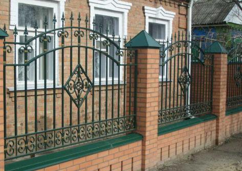 кирпичный забор с ковкой в Перми